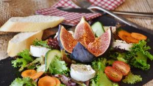 tantissima fibra in un piatto di frutta e verdura