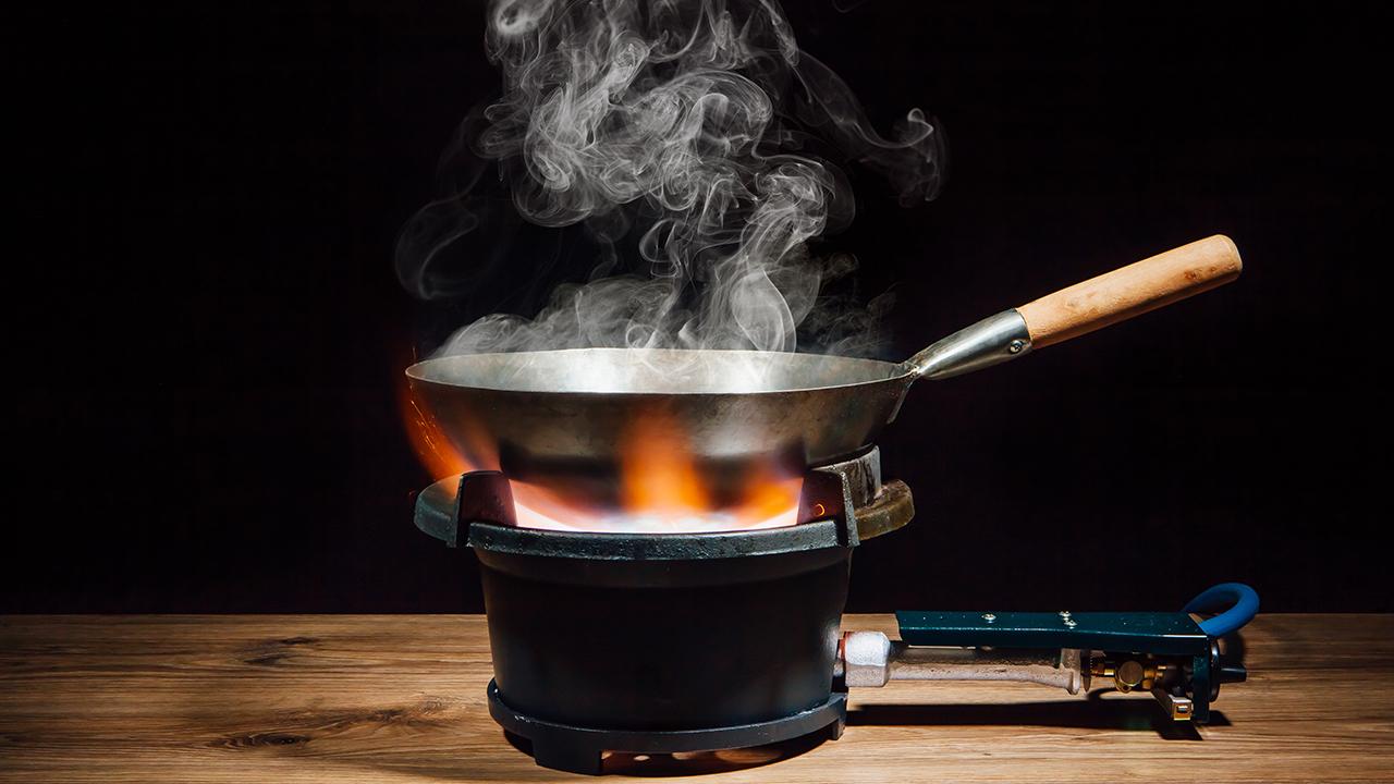 cottura in padella su fuoco