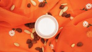 un bicchiere di latte di mandorla