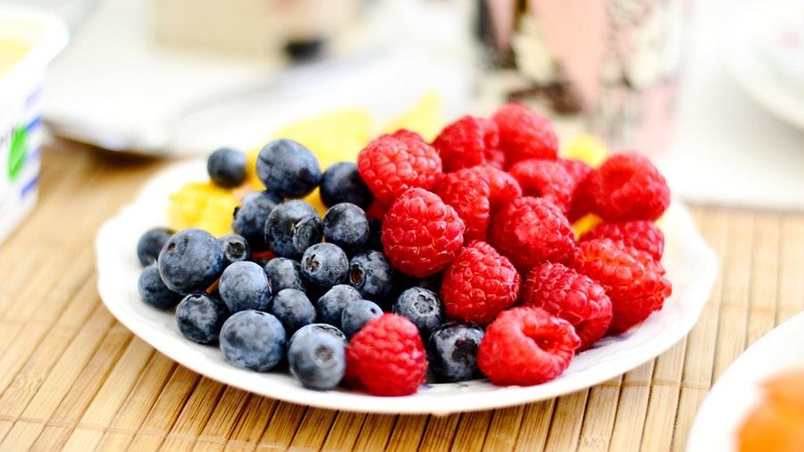 colori della frutta: lamponi e mirtilli