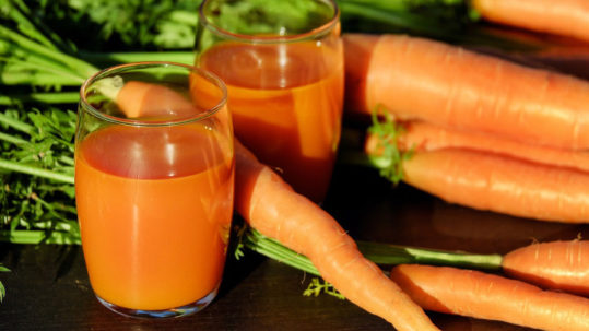 Bicchieri con estratto di carota ricco di nutrienti