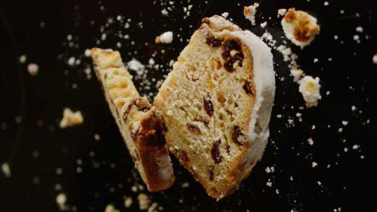 un pezzo di torta senza glutine