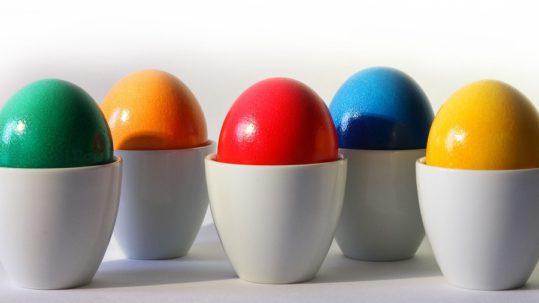 un uovo verde, uno giallo, blu, rosso